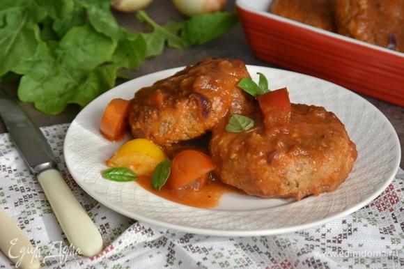 А еще нам нравятся гречаники, томленные в томатном соусе. Для этого поджариваю лук с чесноком, добавляю крупно нарезанные томаты, соль и специи. Тушу соус на среднем огне. Перемешиваю, часть томатов раздавливаю викой, а часть оставляю целиковыми. Выкладываю в соус подготовленные гречаники, накрываю сковороду крышкой и даю потомиться еще минут 7–10 на медленном огне.