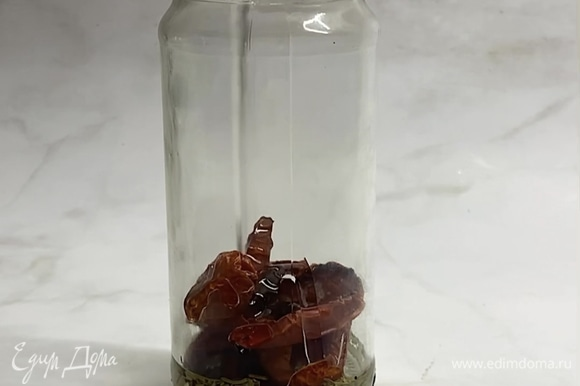 Берем небольшие баночки, обдаем их кипятком и вытираем насухо. Вниз банки наливаем немного подсолнечного масла, выкладываем небольшой слой вяленых томатов, посыпаем розмарином (по желанию), добавляем несколько долек чеснока. Затем сверху добавляем еще масла и вновь повторяем слой томатов, специй, чеснока.