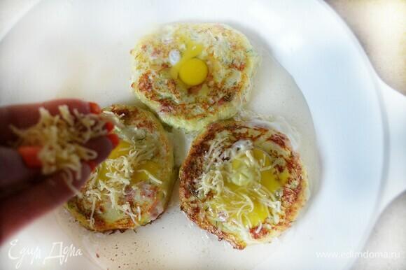 В сковороде разогрейте растительное масло. Выложите кабачковое тесто, сделайте с помощью чайной ложки небольшое углубление в центре, накройте крышкой и готовьте около 5 мин на небольшом огне. Затем переверните оладьи, в углубление вбейте перепелиное яйцо, посыпьте сыром, накройте крышкой и готовьте еще 3–5 мин.