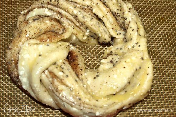Булочки выкладываем на противень, застеленный пекарской бумагой или силиконовым ковриком. Смазываем куриным желтком, смешанным с молоком. И отправляем в духовку, заранее разогретую до 180ºС, на 30 минут.