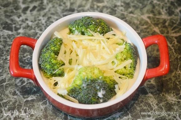 Залейте капусту получившимся соусом. Запекайте в разогретой до 180°C духовке около 30 минут.