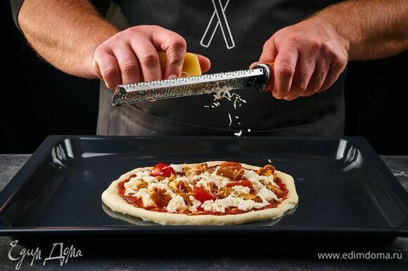 Посыпьте заготовку тертым сыром.
