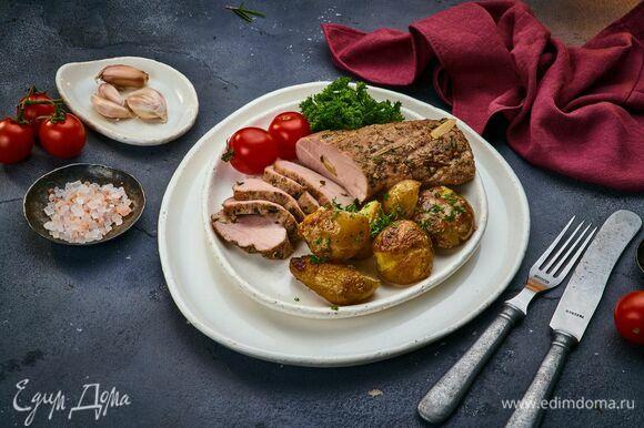 Подавайте свиной карбонад с запеченным картофелем.