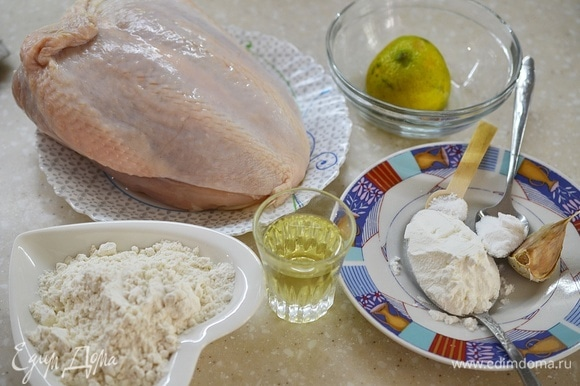 Подготовьте все необходимые продукты. Можно взять филе любых частей курицы (бедра, голени, грудку), а можно, как я, самим сделать филе.