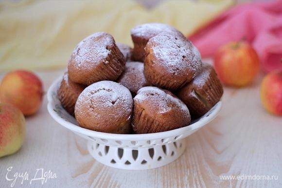 А можно просто оставить кексики без крема и подать к завтраку. Очень ароматные, влажные, с кусочками запеченного яблока — они не оставят равнодушными никого! Из указанной граммовки получается 12 кексов. Приятного чаепития!