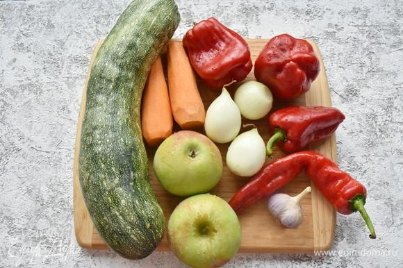 Готовлю продукты. Со зрелых кабачков срезаю кожицу и освобождаю их от семян. Подготавливаю остальные овощи.