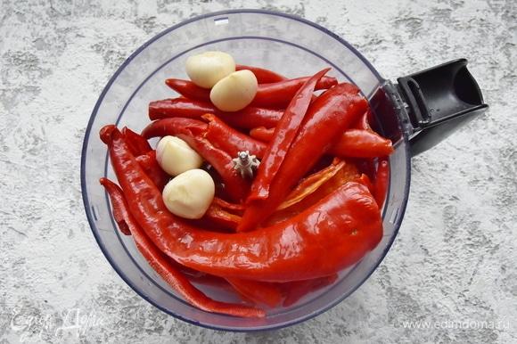 В кухонном комбайне измельчаю перец вместе с очищенными зубчиками чеснока.
