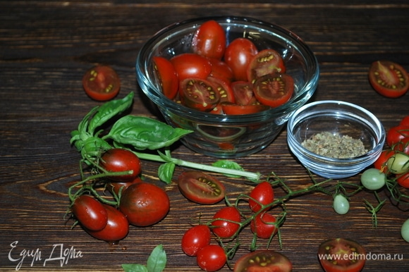 Помидоры черри вымойте и разрежьте на половинки. Для летней пасты помидоры должны быть вкусными, сладкими и ароматными.