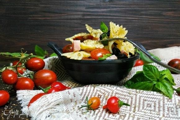 Подавайте к столу. Приятного аппетита! Эта летняя паста хороша как в горячем, так и холодном виде.
