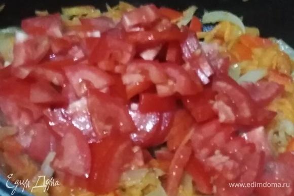 Нарезанные помидоры добавить к овощам. Обжарить.