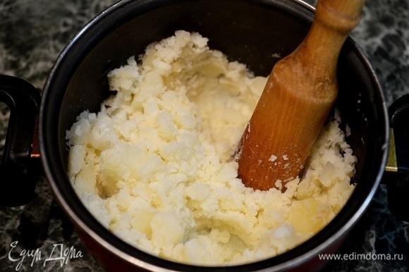 Разомните толкушкой, но без фанатизма. Блюдо должно содержать и крупные кусочки картофеля.