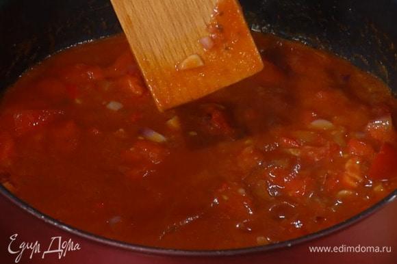 Перец чили мелко порубить, 3–4 помидора нарезать небольшими кусочками и отправить к луку и чесноком, добавить томатную пасту, пассату, все посолить, перемешать и томить на медленном огне.