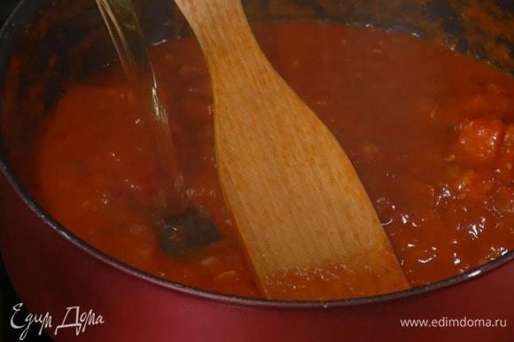 В уваренный соус влить горячий бульон и прогреть все еще немного.