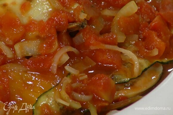 Мидии выложить в жаропрочную форму, сверху разложить запеченный сладкий перец, каперсы, полоски цукини, полить все томатным соусом и запекать в разогретой духовке 20 минут.