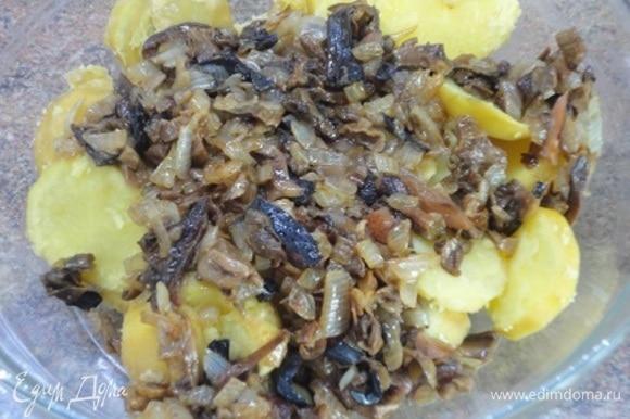 Готовый картофель нарежьте кружочками и смешайте с жареными овощами.