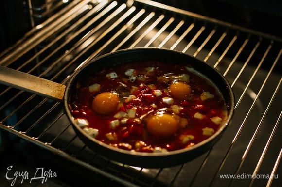 Поставить в разогретую до 190°C духовку на 6–7 минут.
