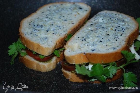 Закройте начинку бутерброда так, чтобы масляная сторона булочек была сверху, за счет этого они хорошо подрумянятся, будут хрустящие и сочные.