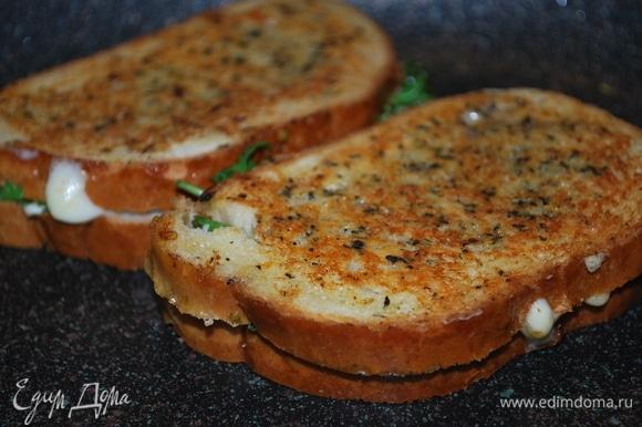 Сковороду с толстым дном хорошо разогрейте. Обжаривайте бутерброды до хрустящей корочки с обеих сторон примерно 2–3 минуты.