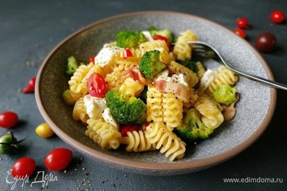 Салат переложите в тарелку, фету поломайте маленькими кусочками и выложите сверху. Подавайте к столу. Приятного аппетита.
