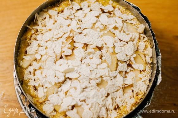 Посыпать сахарной пудрой. Отправить в духовку, разогретую до 160°C, на 1 час 20 минут. Готовый пирог полностью остудить. Перед подачей держать в холодильнике, затем можно резать.