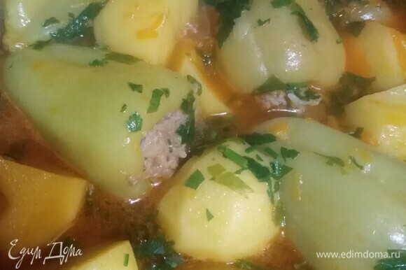 Затем влить томатный сок. Тушить еще 30 минут. В конце готовки добавить зелень.