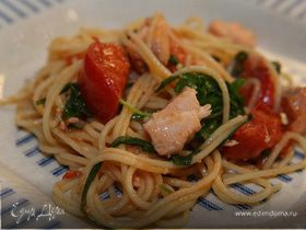 Спагетти с семгой, руколой и помидорами