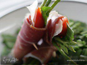 Салат из хрустящего шпината и ветчины