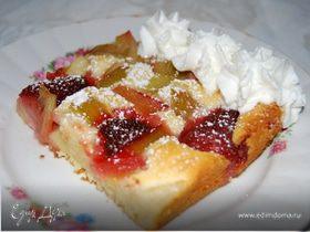 Пирог из творога с клубникой и ревенем