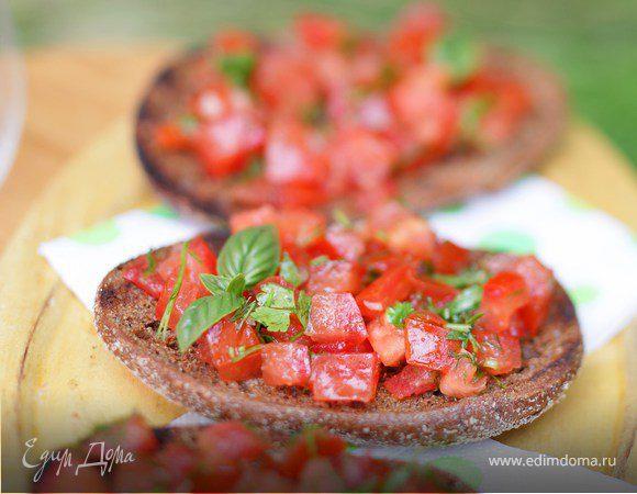 Тосты из ржаного хлеба с помидорами