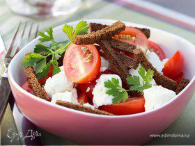 Салат с томатами, брынзой и гренками