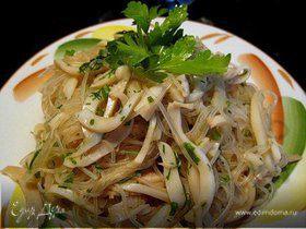 """Салат """"Кальмар"""" с рисовой лапшой"""