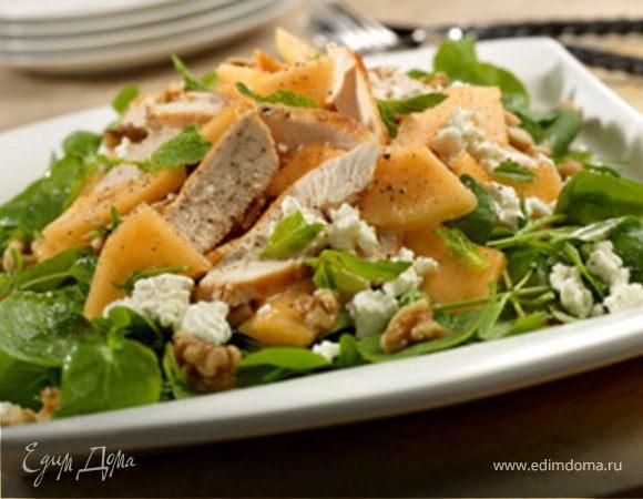 Куриный салат с дыней, сыром фета и зеленью