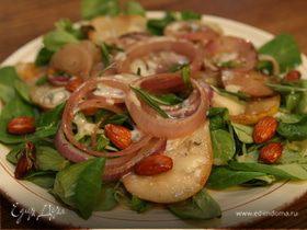 Салат из груш с карамелизированным луком и миндалем