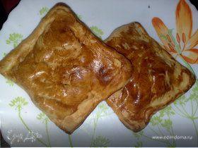 Пирожки слоеные с яблоками, изюмом и корицей