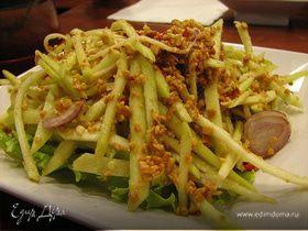 Тайский салат с манго и арахисом
