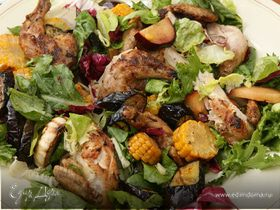 Цыплята на гриле с салатом из кукурузы, слив и баклажанов