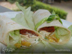 Тортилья-роллы с курицей, творогом и вялеными помидорами