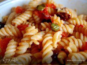 Фузилли с помидорами, оливками и каперсами