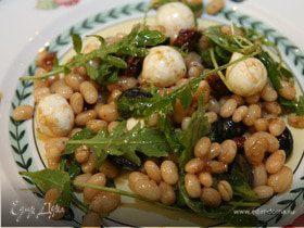 Тосканский салат с белой фасолью, руколой и моцареллой