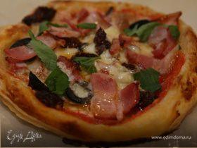 Мини-пиццы с грудинкой, помидорами и оливками