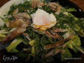 Салат из цикория с копченой рыбой и яйцом