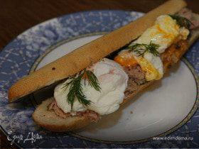 Бутерброд с яйцом, тунцом и тапенадом