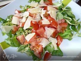Салат из помидоров и сыра пармезан