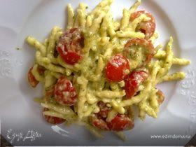 Лигурийская паста с соусом песто и томатами черри