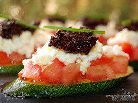 Цукини с помидором, фетой и тапенадом