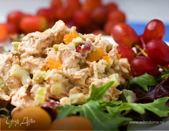 Салат с курицей, клюквой и карри