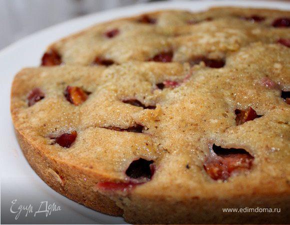 Сливовый пирог с грецкими орехами и медовой глазурью