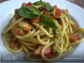 Букатини с миндалем, базиликом и помидорками черри