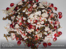 Салат из морской капусты, крабовых палочек и граната