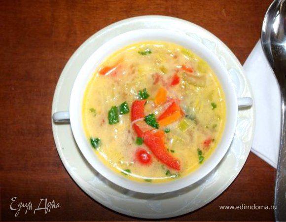 Острый тайский суп с кокосовым молоком и овощами.
